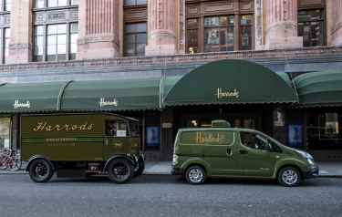 All-electric Nissan e-NV200 revolutionises iconic Harrods delivery fleet (Credit: Nissan Europe)