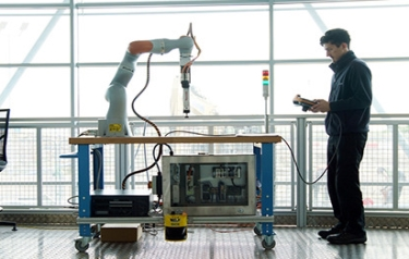 Example of robotic and collaborative robotic research cells at AMRC Factory 2025 (Credit: AMRC)
