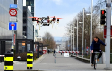 By imitating cars and bicycles, drones automatically learned to follow safety rules. (Credit: UZH)