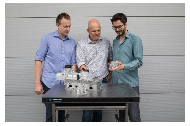 Project manager Patrik Soltic (center) with his colleagues Andyn Omanovic and Norbert Zsiga in front of a model of the valve train FlexWork. (Image: Empa)