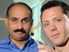 Suresh Sitaraman (left) and Gregory Ostrowicki with the device