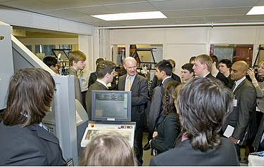 The science minister meeting apprentices at RAL (photo: STFC)