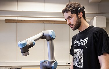 Student Angel Garcia use his eyes, eyebrows and other parts of his face to make the robot move (photo: Thor Nielsen)
