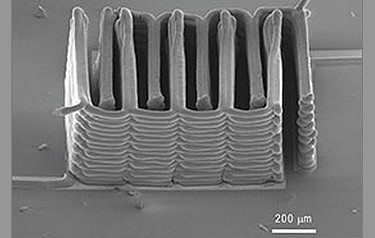 The interlaced stack of electrodes were printed layer by layer to create the working anode and cathode of a microbattery (image: courtesy of the researchers)