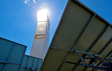 Using mirrors to concentrate sunlight (photo: DLR)